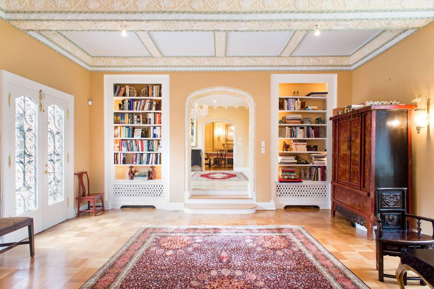 Szállj meg kedvenc regényszereplőd otthonában – könyves Airbnb házak a vakációra
